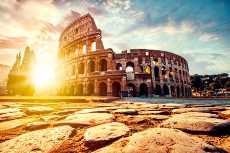 L'antico Colosseo a Roma al tramonto