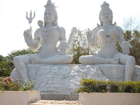 close front view of Lord Shiva & parvati statue .