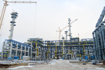 Construction of a new oil refinery, petrochemical plant with the help of large building cranes. Construction of a new process unit. Imagens