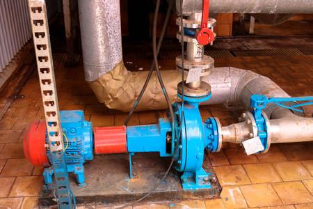 Attrezzature e tubi per pompe centrifughe in ferro metallico con flange e valvole per il pompaggio di prodotti combustibili liquidi presso il negozio di impianti chimici petrolchimici di raffineria industriale.