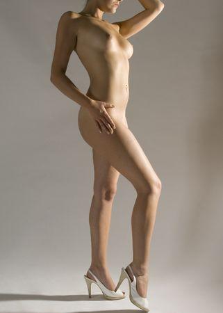 Una bella morena mujer desnuda de pie en tacones altos  Foto de archivo - 1066609