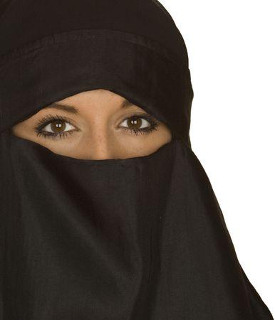 middle eastern clothing: Un bel centro orientale donna in un tradizionale velo niqab e closeup