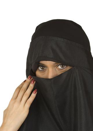 burka: Bella donna medio orientale in velo tradizionale niqab contro uno sfondo bianco