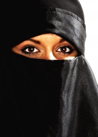 burka: Bella donna medio orientale nel niqab velo tradizionale con contrasto elevato effetto contro uno sfondo bianco