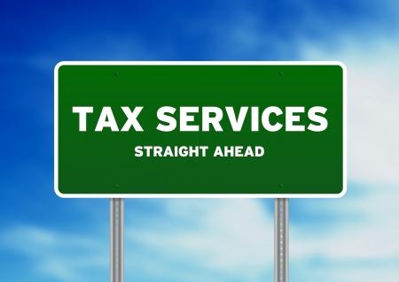 impuestos: Alta resoluci�n gr�fica de una se�al en la carretera los servicios de impuestos en el fondo de nubes.