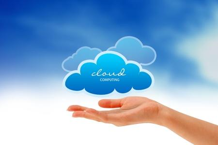 hospedagem: High resolution graphic of a hand holding 3 clouds.