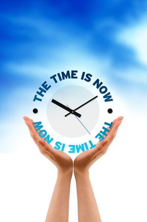 Hand hält Time Is Now Icon auf Wolke Hintergrund. Standard-Bild