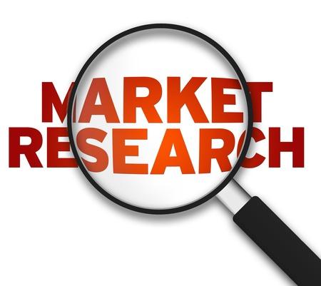 Vergrootglas met het woord Market Research op een witte achtergrond.