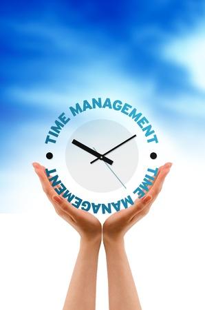 gestion empresarial: Gr�fico de alta resoluci�n de manos con reloj de gesti�n del tiempo.