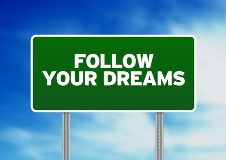 cruce de caminos: Verde siga su camino de sueños firmar sobre fondo de nubes.