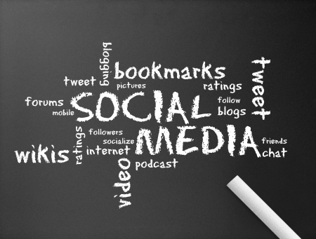 m�dia: Dark chalkboard with the word Social Media illustration.  Banco de Imagens