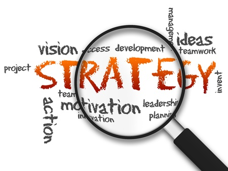 estrategia: Lupa con la ilustraci�n de la estrategia en el fondo blanco Foto de archivo