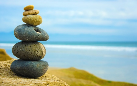 Zen Stone apilados juntos sobre fondo azul borroso Foto de archivo