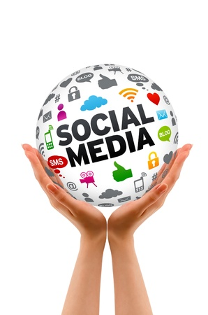 interaccion social: Manos sosteniendo un signo 3d Social esfera de los medios sobre fondo blanco.