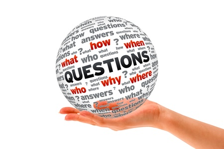 preguntando: Mano que sostiene una esfera 3D signo Preguntas sobre fondo blanco. Foto de archivo