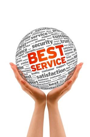 satisfaction client: Mains tenant une sph�re meilleur service sur fond blanc.