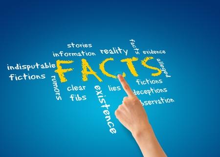 puzzelen: Hand wijzen op een illustratie feiten op een blauwe achtergrond. Stockfoto