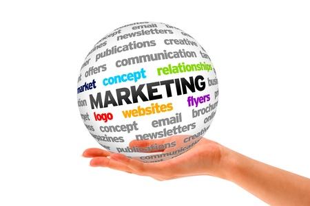 Hand met een 3D Marketing Sphere op een witte achtergrond.