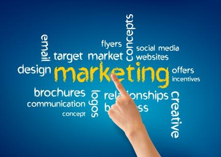 Hand wijzend naar een Marketing woord illustratie op blauwe achtergrond.