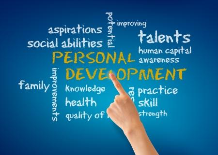 ontwikkeling: Hand wijzen op een persoonlijk ontwikkelingsplan woord illustratie op blauwe achtergrond.