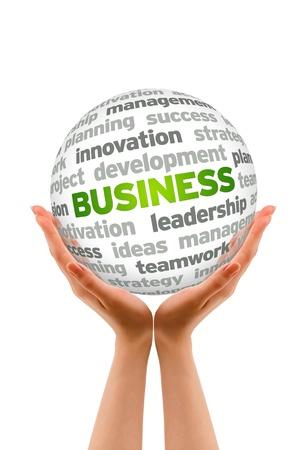 gestion empresarial: Manos sosteniendo una palabra de negocios signo esfera sobre fondo blanco.