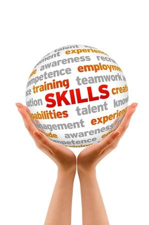 job skills: Manos sosteniendo una palabra Habilidades signo esfera sobre fondo blanco. Foto de archivo