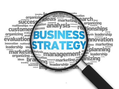 estrategia: Magnified ilustraci�n con la estrategia empresarial palabra sobre fondo blanco.