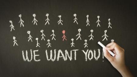 Een persoon tekenen en wijzend op een Wij willen dat u krijttekening