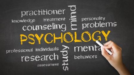 psicologia: Una persona de dibujo y que apunta a un dibujo de tiza Psicología Foto de archivo