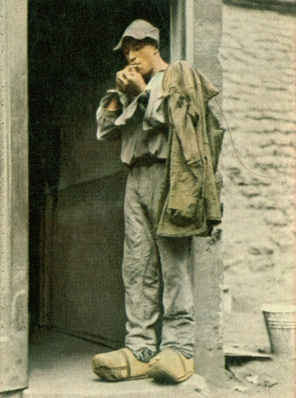 CIRCA 1933: Rare German vintage cigarette card from the 1933 Der Staat der Arbeit und des Friedens album, Part 2, Picture 80. Stock Photo - 19997035