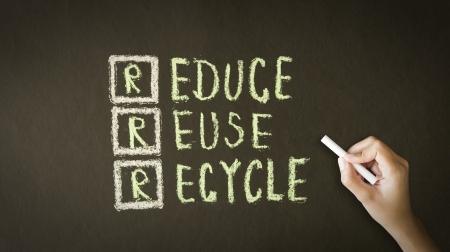 reduce reutiliza recicla: Una persona de dibujo y se�ala en una Reducir, Reutilizar, Reciclar Dibujo de tiza