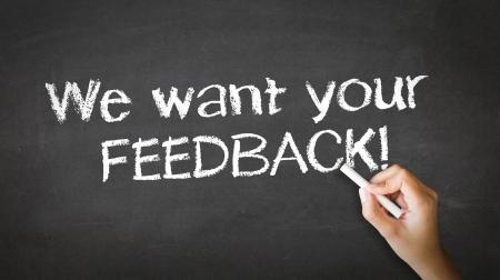 Een persoon tekenen en wijzend op een Wij willen Uw feedback Chalk Illustratie Stockfoto