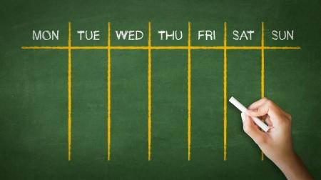 Een persoon tekenen en wijzend op een Weekly Calendar krijttekening