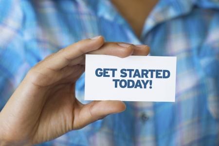 Eine Person, die eine weiße Karte mit den Worten Get Started Today Standard-Bild - 21604869