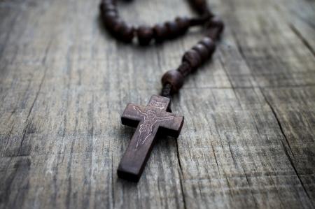 Ein Rosenkranz mit Perlen auf Holz strukturierten Hintergrund. Standard-Bild - 21960874