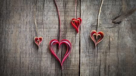 romance: Opknoping papier hart decoratie op houten achtergrond.