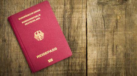 유럽의: 나무 texctured 배경에 빨간색 유럽 여권.