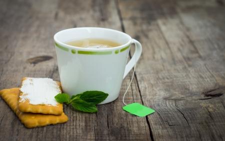 Eine Tasse Pfefferminztee mit Cookies auf Holz Hintergrund Standard-Bild - 23123153