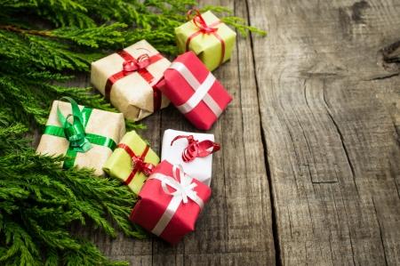 christmas: Ahşap dokulu arka plan üzerinde hediyelerle Noel Dekorasyon.