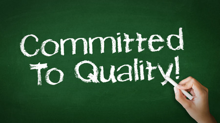 Eine Person, die Zeichnung und zeigt auf eine Bekenntnis zur Qualität Chalk Illustration Standard-Bild - 25604204