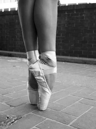 Black and white version of En pointe- A ballet dancer in her ballet pointe shoes Imagens