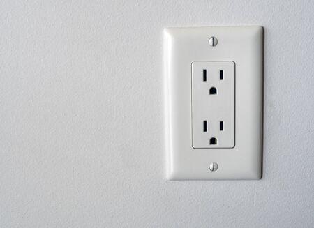 Geïsoleerde Noord-Amerikaanse stopcontact plug in socket op een witte muur achtergrond Type B stijl Stockfoto