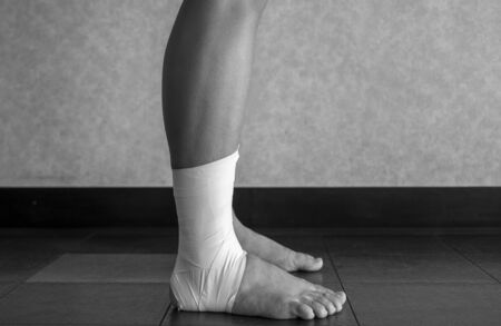 Black and white version of Side view of an Ankle tape job on an athlete's ankle 版權商用圖片 - 129074170
