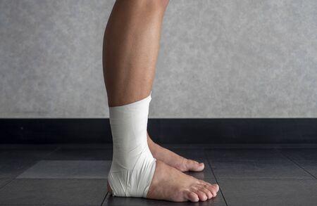Vue latérale d'un travail de bande de cheville sur la cheville d'un athlète