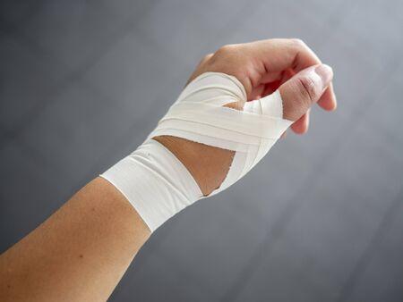 Lavoro con nastro adesivo per pollice slogato