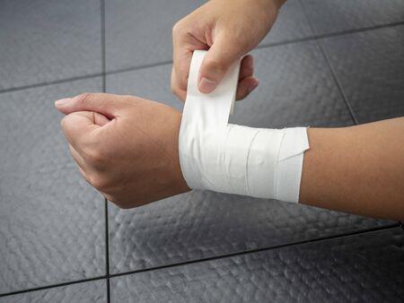 Athlete taping her own wrist 版權商用圖片 - 129074686