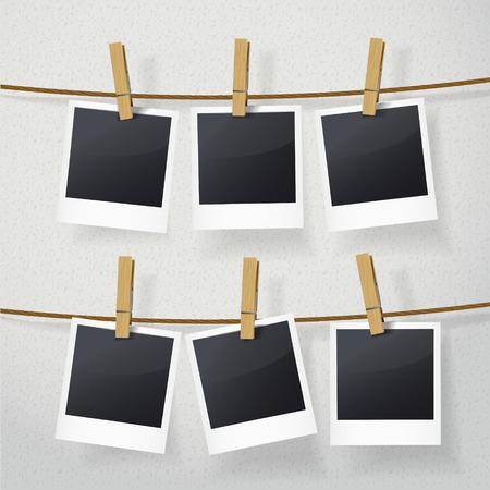 blanco fotolijsten op touw over witte achtergrond
