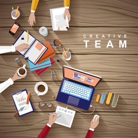 werkplek van creatief team in een platte ontwerp over houten tafel