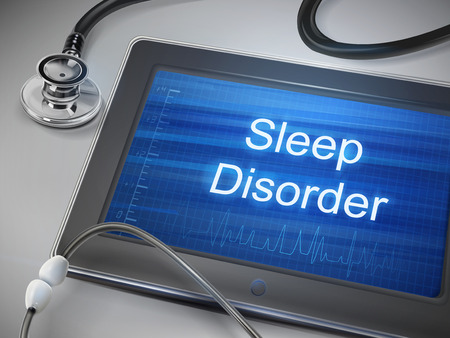 Schlafstörung Wörter auf Tablet angezeigt mit Stethoskop über Tisch