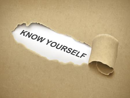 receptivo: conocerse a s� mismo palabras detr�s de papel rasgado marr�n